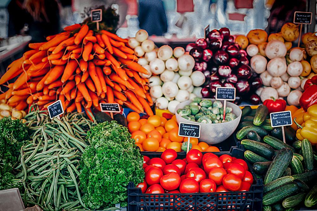 Bunter Gemüsestand mit einer Auswahl an bunten Gemüsesorten