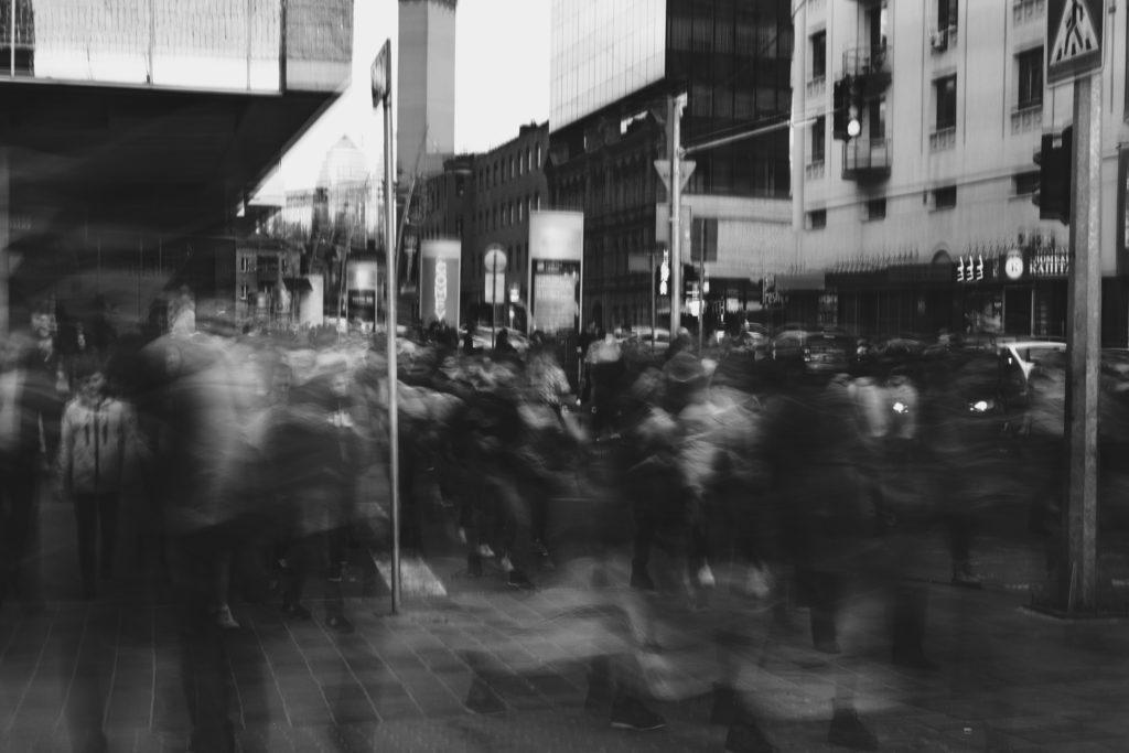Menschenmenge auf der Straße in Schwarz-weiß, sehr verschwommen zu sehen.